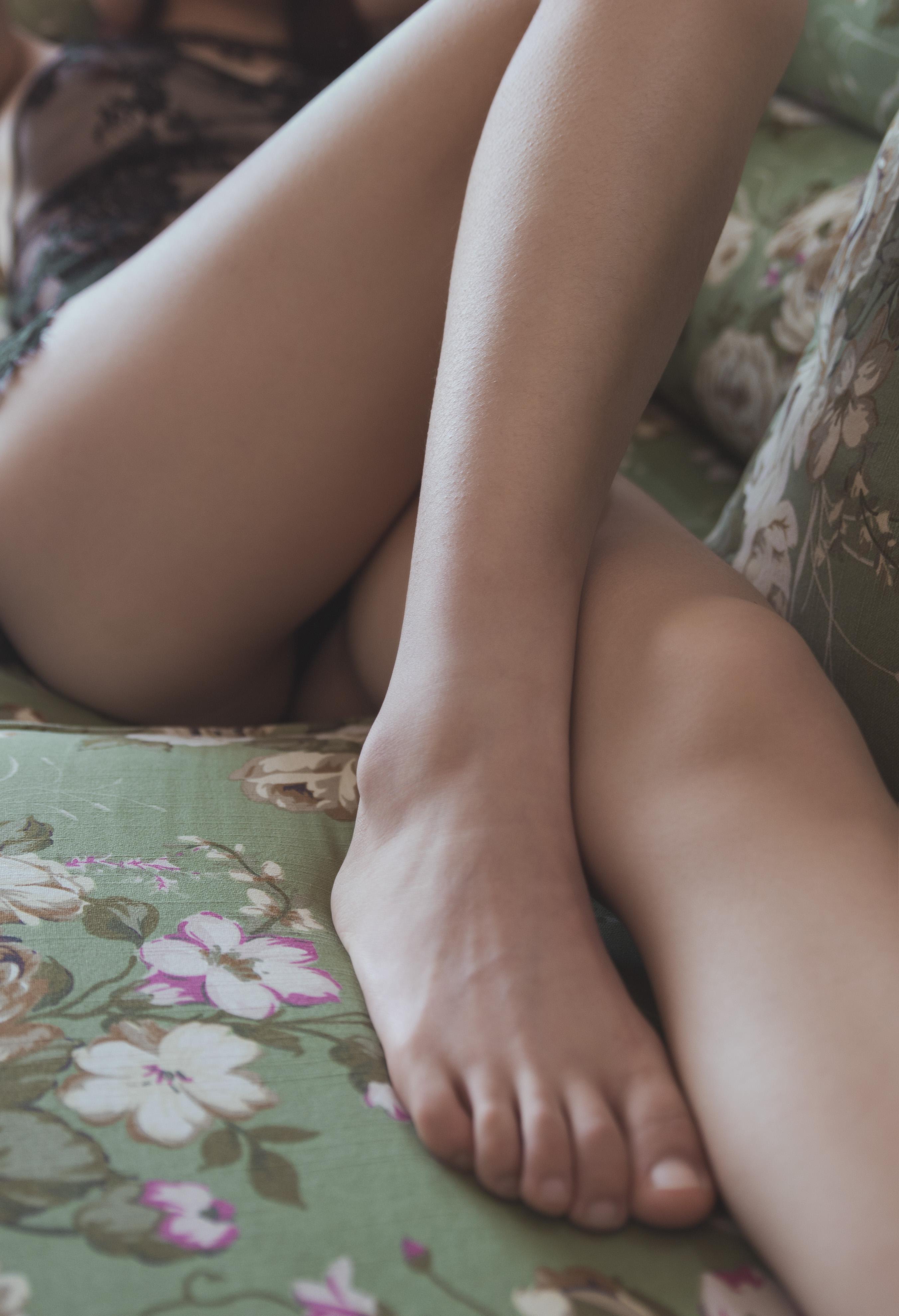 纤纤玉腿美足肤如凝脂
