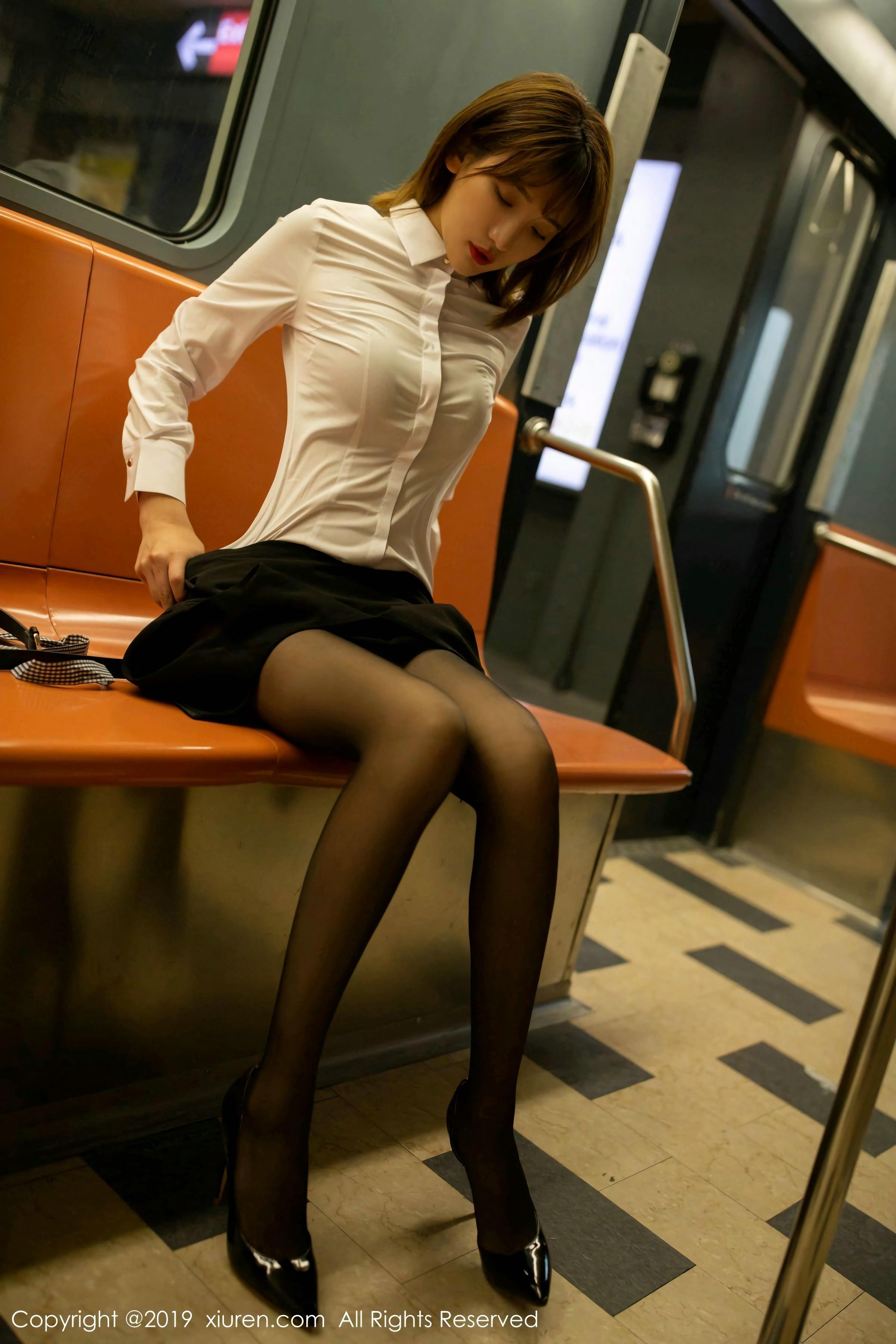 小姐姐身材美妙 高跟丝足诱惑力十足