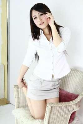 粉嫩白皙的皮肤 加上美妙的身材 还有丝袜制服的诱惑 太完美了