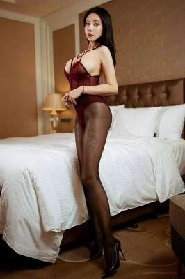 网红御姐用情趣胸贴装点浑圆巨乳