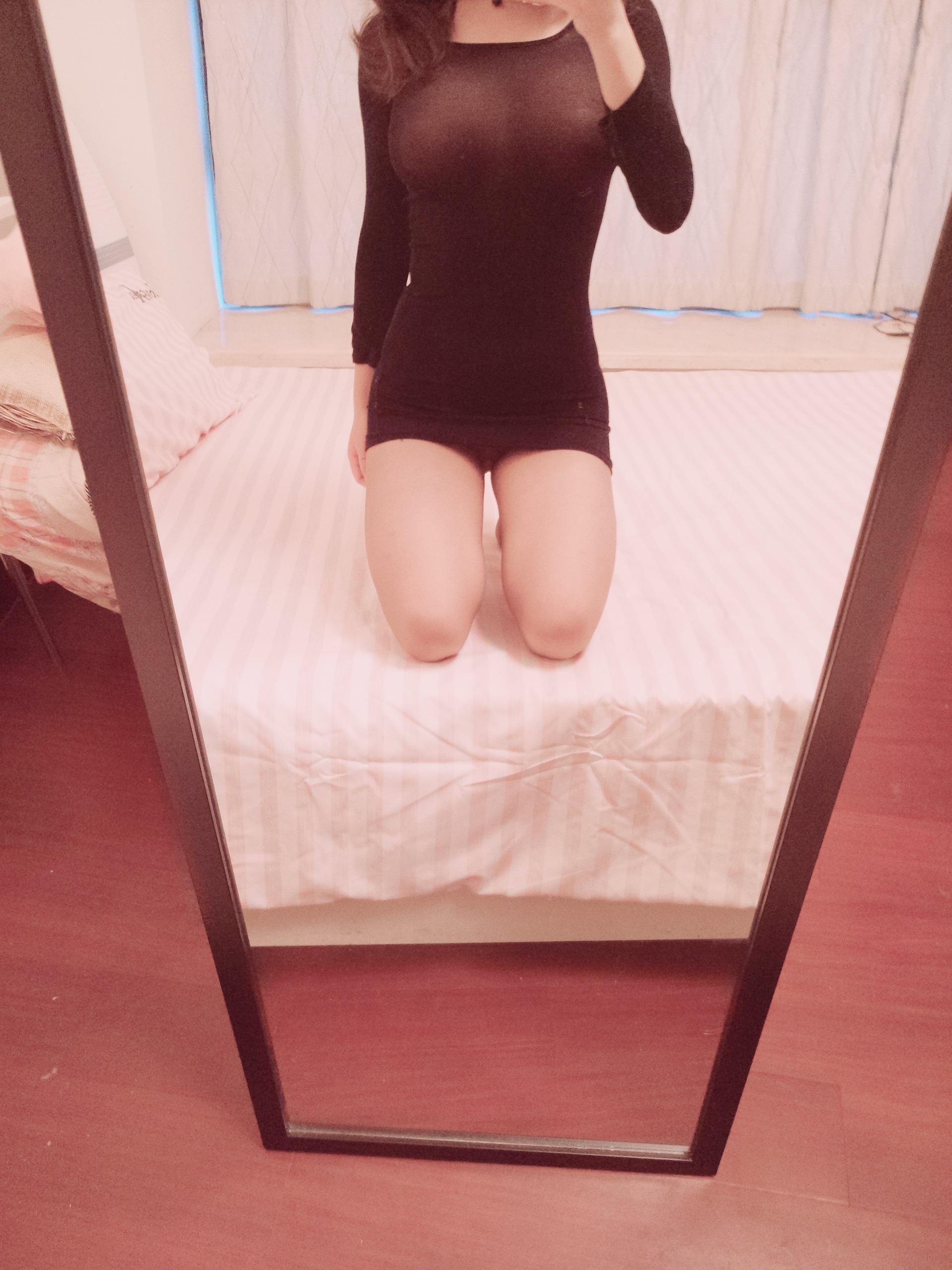麻酥酥哟-黑色带亮点包臀长袖