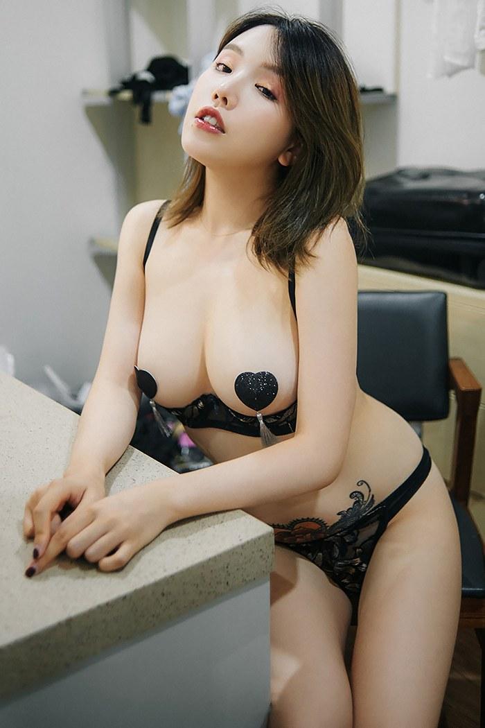 尤物女郎黄乐然情趣内衣白嫩胴体
