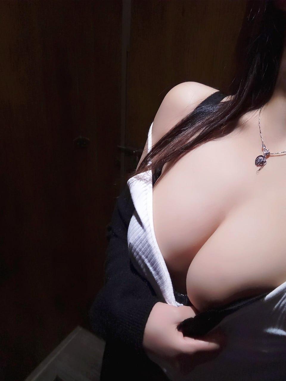 白衣制服美女爱户外