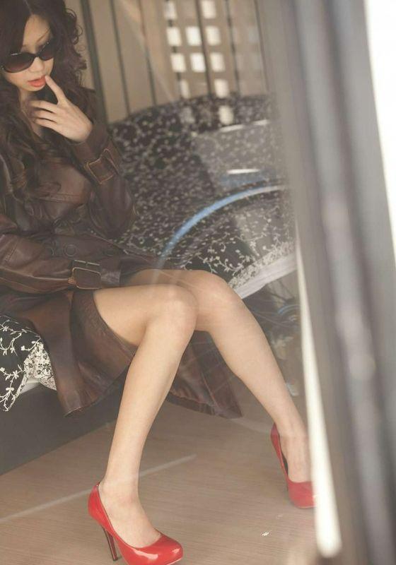 红色高跟鞋的情慾女子