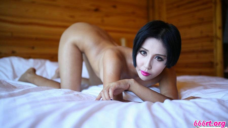 胸部饱满挺拔的人体模特娜依灵儿激情床照
