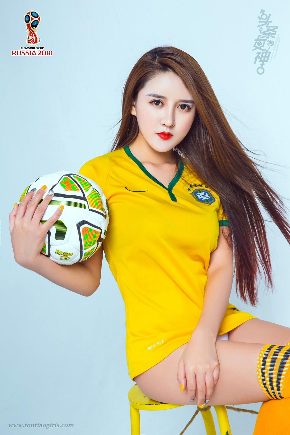性感足球宝贝嫩模大晗撩衣露浑圆美乳撩人诱惑